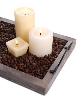 Bougies sur plateau vintage avec grains de café, isolated on white