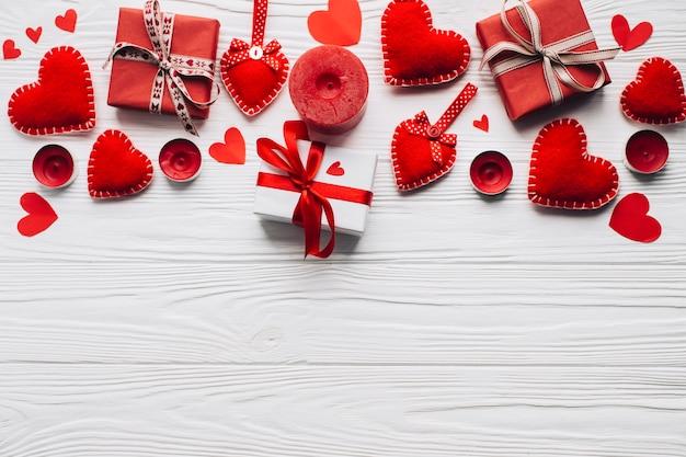 Bougies près de cadeaux et de coeur