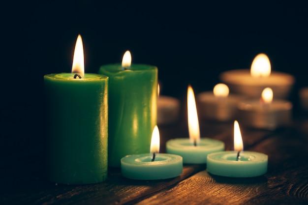 Des bougies qui brûlent dans l'obscurité. concept de commémoration.