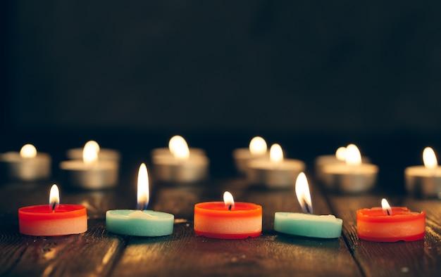 Des bougies qui brûlent dans l'obscurité sur le noir. commémoration.