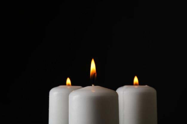Bougies rougeoyantes sur fond noir, espace pour le texte