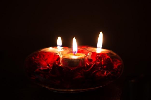 Bougies rouges dans un chandelier sur fond noir