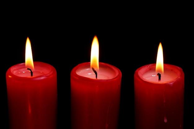 Bougies rouges dans le noir
