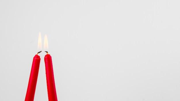 Bougies rouges enflammées