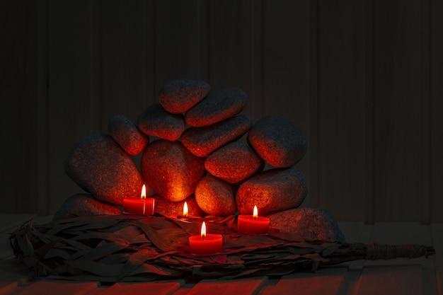 Des bougies sont allumées sur le fond des pierres du sauna. préparation de la cérémonie des bains publics