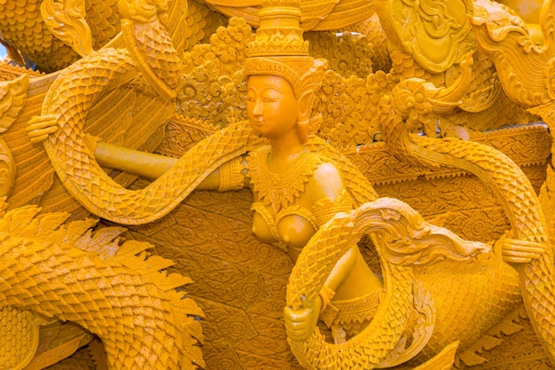 Les bougies sont sculptées dans de la cire, forme d'art thaïlandais de la cire