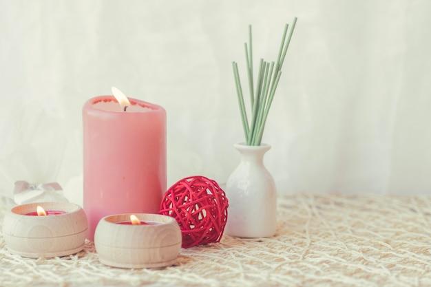 Bougies et vase avec des bâtons