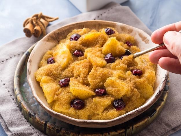 Bouillie d'amarante à la cannelle et aux pommes