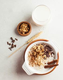 Bouillie d'avoine aux noix, cannelle et chocolat, un verre de lait. petit déjeuner, nourriture saine .. bonjour.
