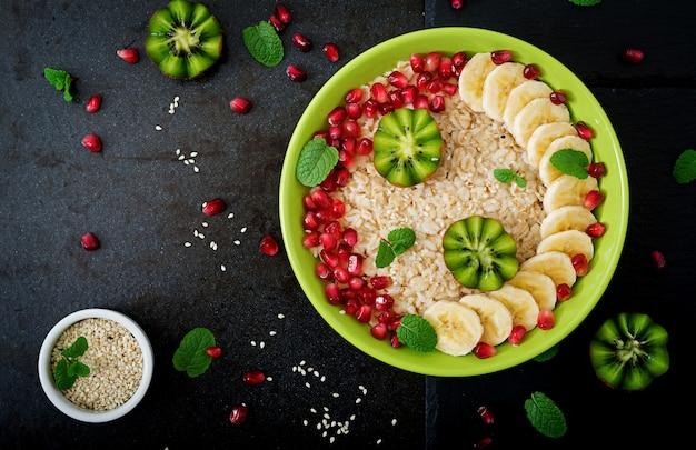 Bouillie d'avoine savoureuse et saine avec des fruits, des baies et des graines de lin. petit-déjeuner sain. nourriture de fitness. nutrition adéquat. mise à plat. vue de dessus