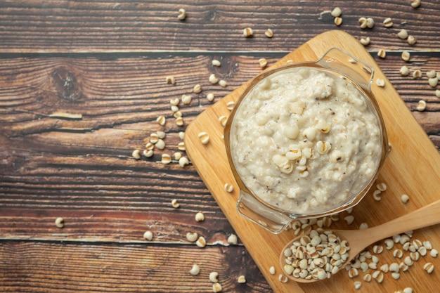 Bouillie de congee au millet prêt à servir