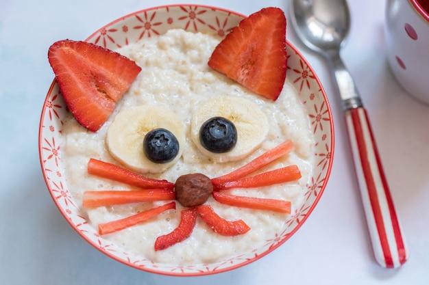 Bouillie de flocons d'avoine avec une décoration de visage de chaton