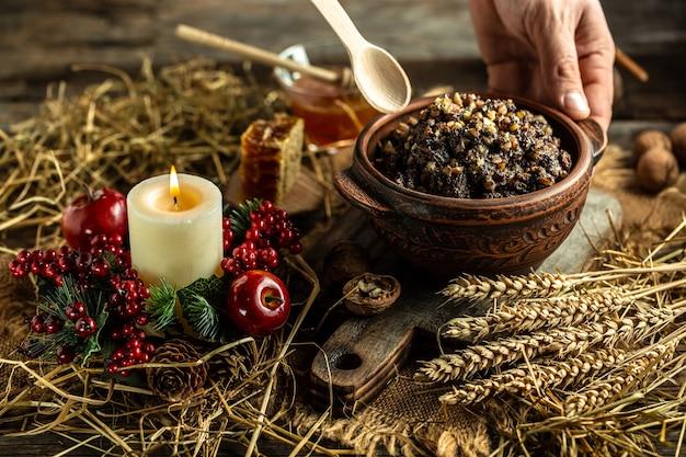 Bouillie de kutia plat slave traditionnel de noël à base de grains de blé, de graines de pavot, de noix, de raisins secs et de miel