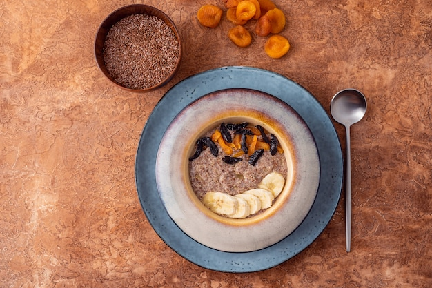 Bouillie de lin végétalien à base de graines fraîches avec des amandes et des abricots secs sur un fond clair. source oméga 3.