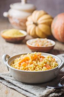 Bouillie de millet à la citrouille douce dans un bol, style rustique. plat végétalien sain.