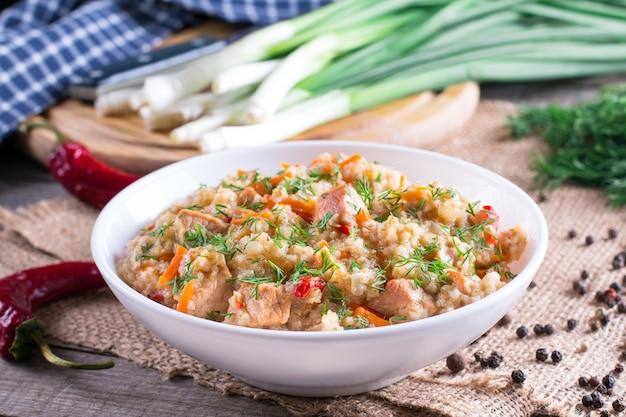 Bouillie d'orge dans un bol avec viande et légumes