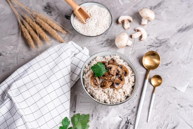 Bouillie d'orge perlée aux champignons, concept d'aliments sains, petit déjeuner