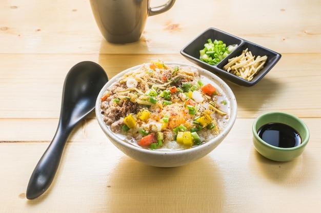 Bouillie de porc sur la table. mange le porridge pour le petit déjeuner populaire en asie