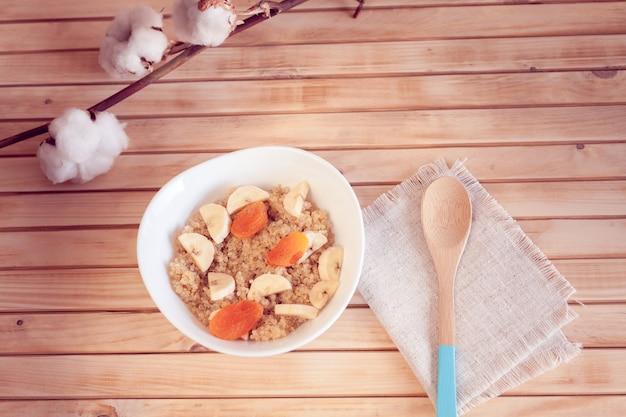 Bouillie de quinoa à la banane et aux abricots secs