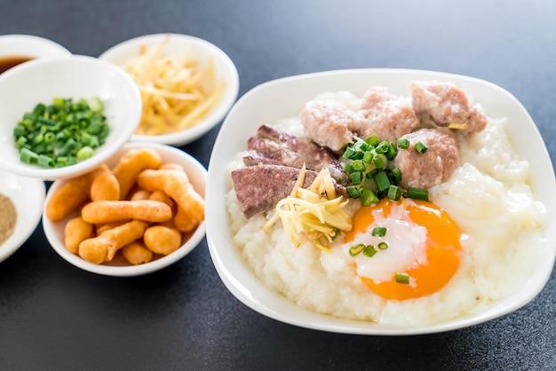 Bouillie de riz avec du porc et des oeufs