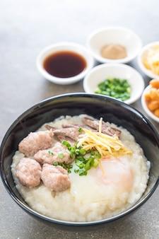 Bouillie de riz avec du porc et des œufs