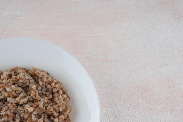 Bouillie de sarrasin sur une assiette blanche
