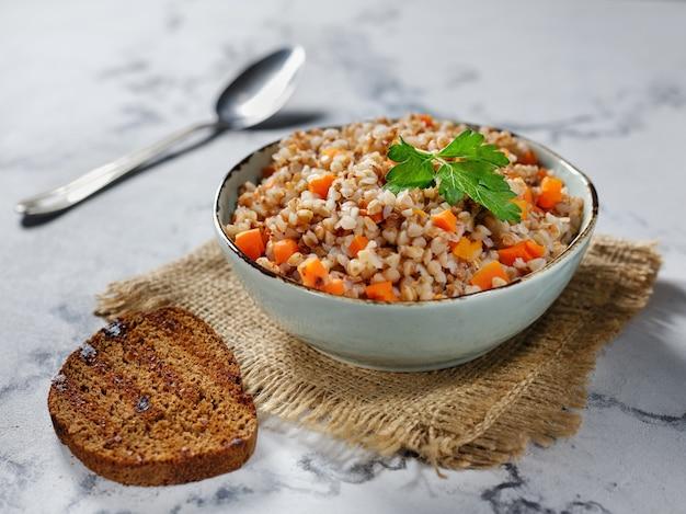 Bouillie de sarrasin aux carottes et pain grillé