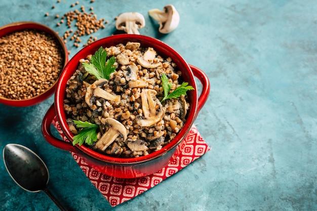 Bouillie de sarrasin aux champignons nourriture végétalienne