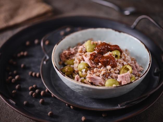 Bouillie de sarrasin aux olives et thon