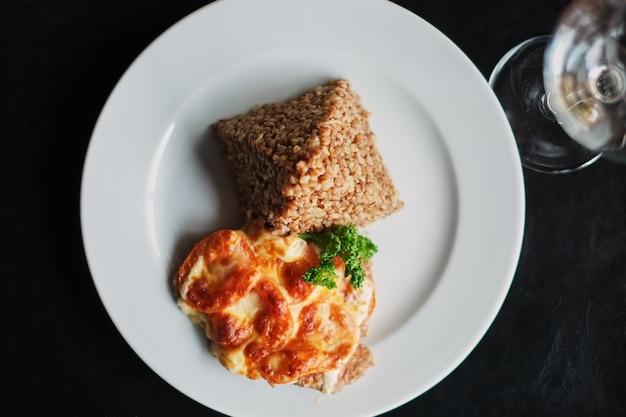 Bouillie de sarrasin et œufs au plat dans l'assiette
