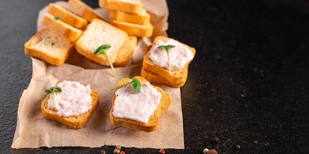 Bouillie de sarrasin et saucisses salade fraîche concombre prêt à manger collation repas sur la table