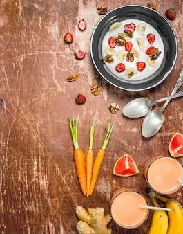 Bouillie de semoule aux baies et smoothies aux fruits.