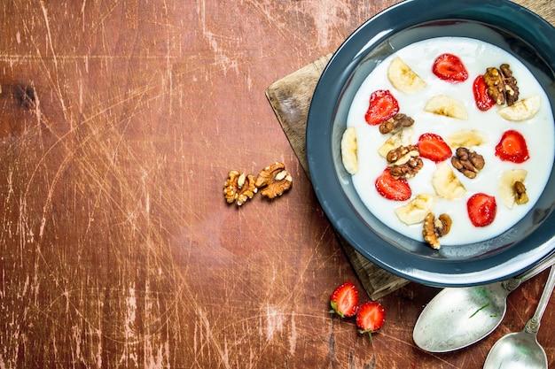 Bouillie de semoule aux fraises et noix.