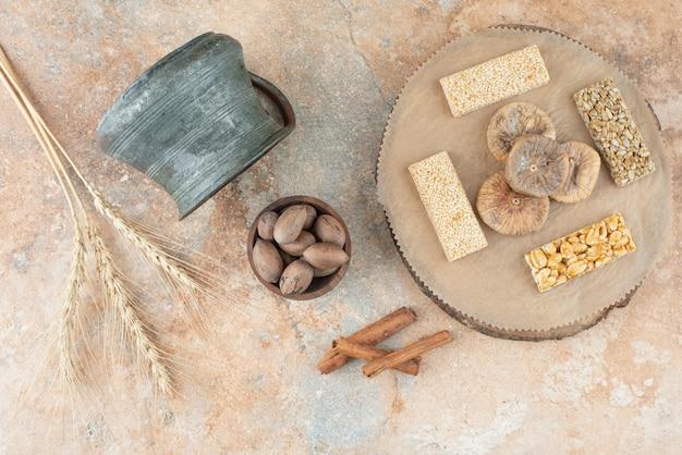 Bouilloire ancienne et brittles d'arachide sur fond de marbre