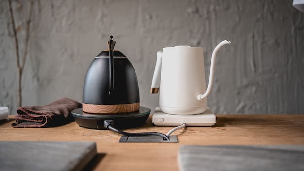 Bouilloire à café goutte à goutte sur la cuisinière