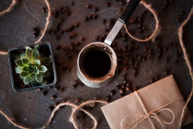 Bouilloire de café vue de dessus avec des haricots grillés