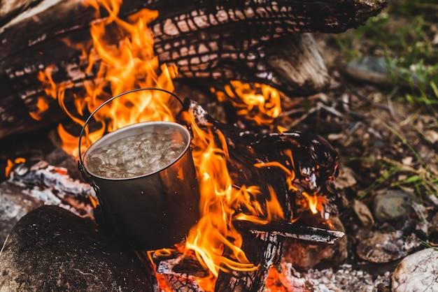 La bouilloire est en feu.