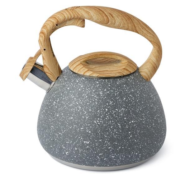 Bouilloire en métal pour cuisinière à gaz sur blanc