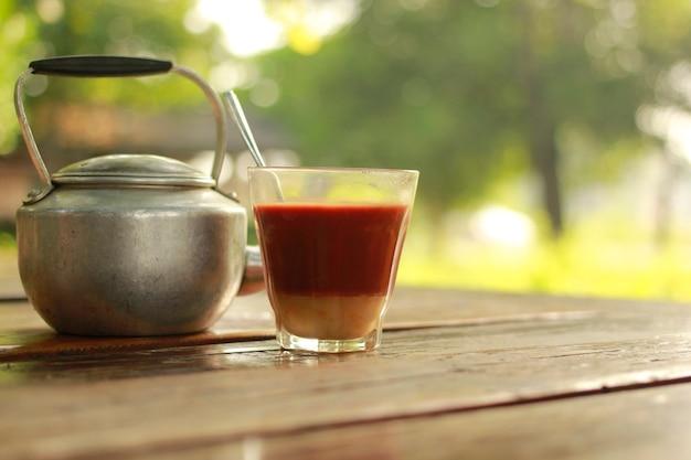 Bouilloire et thé au lait chaud dans l'ambiance matinale.