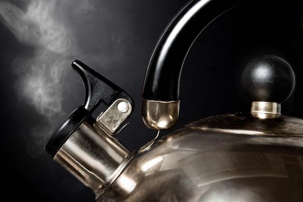 Bouilloire à thé avec de l'eau bouillante