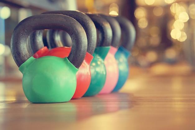 Bouilloires colorées dans la salle de gym