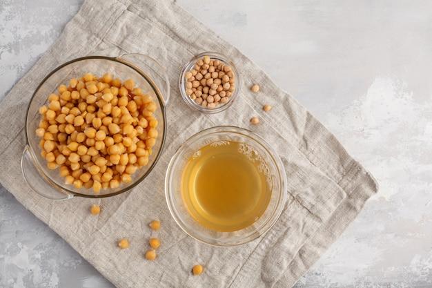 Bouillon de pois chiches - aquafaba. remplacez l'oeuf lors de la cuisson pour la recette végétalienne, vue de dessus, espace copie. concept d'alimentation saine.