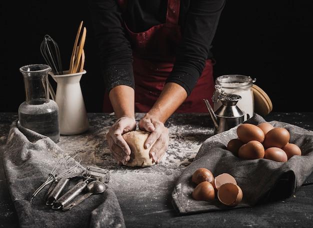 Boulanger à angle élevé avec des ingrédients de la pâte