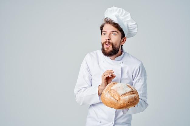 Boulanger avec du pain à la main émotions professionnelles