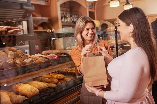 Boulanger femelle mature travaillant dans sa boulangerie