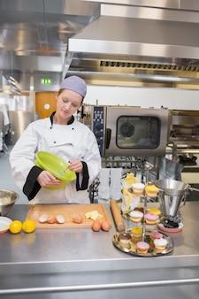 Boulanger femelle mélangeant la pâte