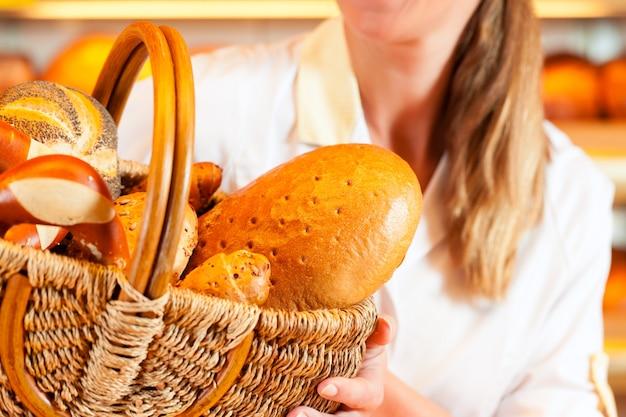 Boulanger, femme, boulangerie, vente, pain, panier