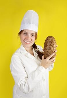 Boulanger montre du pain frais