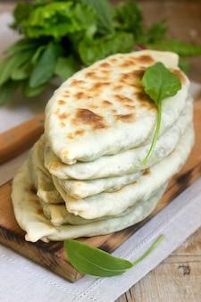 Le boulanger qui fabrique un plat traditionnel arménien à partir de chapeaux artsakh zhingyalov est un type de pain plat farci aux herbes.