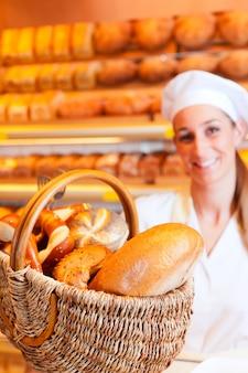 Boulangère dans sa boulangerie